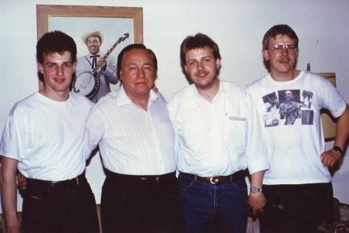 von links: Heiko Ahrend, Earl Scruggs, Thilo Hain, Samuel Hain zu Hause bei Earl Scruggs in Nashville, Tennessee 1990