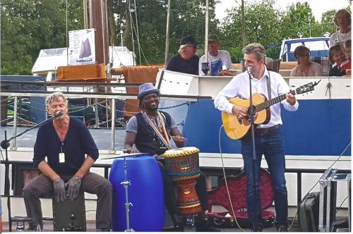 Hafen Weener; von links: Percussionist Christian von Richthofen, Buba, Heiko Ahrend; Maritimer Flohmarkt, September 2018
