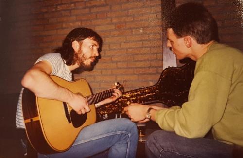 Mark O'Connor (links) spielt Heikos Gitarre, Emmen (NL) 1986